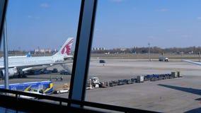 Ansicht der Flughafenrollbahn mit Flugzeugen und Hilfspersonal stock video