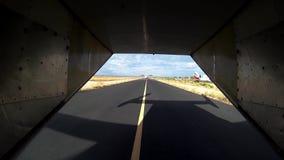 Ansicht der Flugzeugfahrt auf Rollbahn drehzahl transport Baum auf dem Gebiet Entfernen Sie sich stock video footage