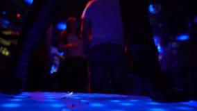 Ansicht der Frau gehen-gehen Tänzerbeine in den Lederschuhen, die am Stadium, Nachtklub durchführen stock video