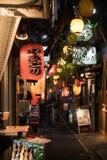 Ansicht der Gasse bei Omoide Yokocho mit Laterne im Vordergrund geschriebenen japanischen Wort Dieses Bild geh?rt Reihe, die pics stockbild