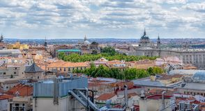 Ansicht der Gebäude der Stadt an einem sonnigen Tag Madrid, Spanien lizenzfreie stockfotografie