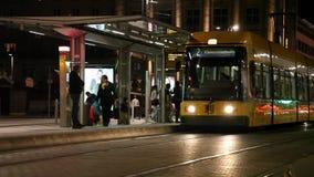 Ansicht der gelben Tram kommend zu Station stock footage