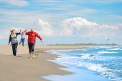 Ansicht der glücklichen jungen Familie, die Spaß auf dem Strand hat Lizenzfreie Stockfotos