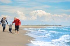 Ansicht der glücklichen jungen Familie, die Spaß auf dem Strand hat Stockfotografie