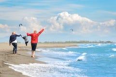 Ansicht der glücklichen jungen Familie, die Spaß auf dem Strand hat Lizenzfreies Stockfoto
