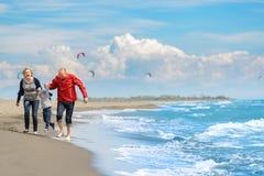 Ansicht der glücklichen jungen Familie, die Spaß auf dem Strand hat Lizenzfreie Stockbilder