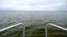 Ansicht der glatten Seeoberfläche voran das Motorboot stock footage