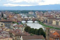 Ansicht der goldenen Brücke und des Arno Rivers an einem bewölkten September-Abend Florenz, Italien Lizenzfreie Stockbilder