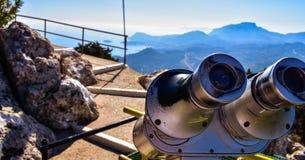Ansicht der griechischen Flagge von der Spitze des Berges stockbild