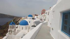 Ansicht der griechischen orthodoxen blauen Hauben-Kirche in Oia stock footage
