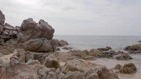Ansicht der großen flachen Felsen in dem Meer stock footage