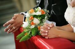Ansicht der Hände der Braut und des Bräutigams in der Kirche stockfoto
