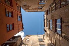 Ansicht der Häuser und des Himmels von der Unterseite Stockbild