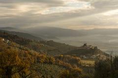 Ansicht der Hügel und des Schlosses Campello-Altes auf dem Umbrian Apennines in Italien lizenzfreies stockfoto