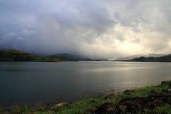 Ansicht der Hügel von der Verdammung Banasura Sagar Stockbild