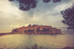 Ansicht der Halbinsel von Sveti Stefan Budva in Montenegro ADRIATISCHES MEER Stockfotografie