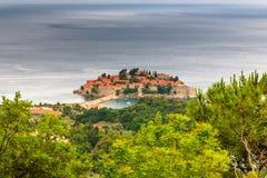 Ansicht der Halbinsel von Sveti Stefan von der Höhe der Berge Stockbild