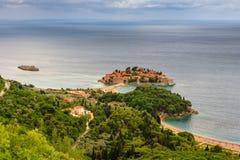 Ansicht der Halbinsel von Sveti Stefan von der Höhe der Berge Lizenzfreies Stockbild
