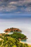 Ansicht der Halbinsel von Sveti Stefan von der Höhe der Berge Lizenzfreie Stockbilder