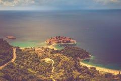Ansicht der Halbinsel von Sveti Stefan von der Höhe der Berge montenegro ADRIATISCHES MEER Lizenzfreie Stockfotos