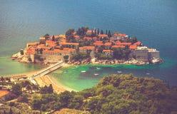Ansicht der Halbinsel von Sveti Stefan von der Höhe der Berge montenegro ADRIATISCHES MEER Stockfotos