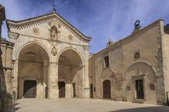 Ansicht der Hauptfassade des Heiligen Michael Archangel Sanctuary an Monte Sant-` Angelo auf Italien Lizenzfreies Stockfoto