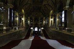 Ansicht der Hauptleitung und Prunktreppen, die vom Haupteingang zu den Mitgliedern des Parlaments von Budapest empfangen werden stockbilder
