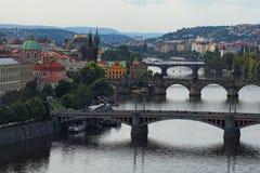 Ansicht der historischen Mitte von Prag, von Gebäuden und von Marksteinen der alten Stadt und von Brücken auf dem die Moldau-Flus Stockfoto