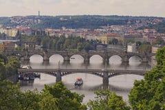 Ansicht der historischen Mitte von Prag, von Gebäuden und von Marksteinen der alten Stadt und von Brücken auf dem die Moldau-Flus Stockbilder