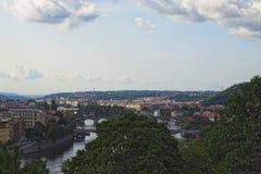 Ansicht der historischen Mitte von Prag, von Gebäuden und von Marksteinen der alten Stadt und von Brücken auf dem die Moldau-Flus Stockfotos