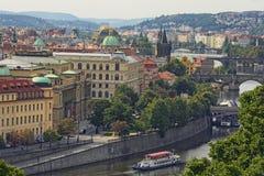 Ansicht der historischen Mitte von Prag, von Gebäuden und von Marksteinen der alten Stadt und von Brücken auf dem die Moldau-Flus Lizenzfreie Stockfotos