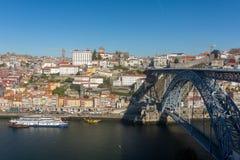 Ansicht der historischen Stadt von Porto mit berühmten Brücke Ponte dom Luis stockfotografie
