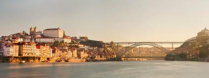 Ansicht der historischen Stadt von Porto, Portugal mit der Dom Luiz-Brücke Lizenzfreie Stockbilder