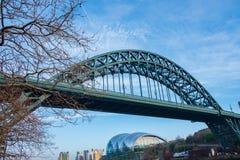 Ansicht der ikonenhaften Tyne-Brücke mit Gateshead-Salbei unter ihm an Newcastle-Kai lizenzfreie stockbilder