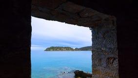 Ansicht der Insel von Spinalonga mit ruhigem See Waren hier Aussätzige, Menschen mit dem Hansen-` s desease, Golf von Elounda Lizenzfreie Stockfotos