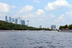 Ansicht der internationalen Geschäftszentrumc$moskau-stadt mit dem Fluss Lizenzfreie Stockfotografie