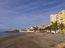 Ansicht über den Strand in Nerja Spanien Stockfotografie