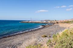 Ansicht der Küste und des Jachthafens von Los Abrigos lizenzfreies stockbild