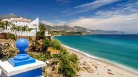 Ansicht der Küste und des Meeres in Nerja, Spanien Stockbild