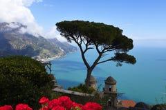 Ansicht der Küste unten von einer Terrasse in der historischen Stadt von Ravello in den Bergen in Süd-Italien stockfoto