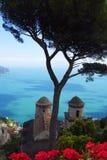 Ansicht der Küste unten von einer Terrasse in der historischen Stadt von Ravello in den Bergen in Süd-Italien lizenzfreie stockbilder