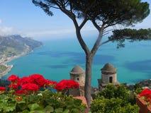 Ansicht der Küste unten von einer Terrasse in der historischen Stadt von Ravello in den Bergen in Süd-Italien lizenzfreies stockbild