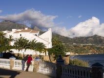 Ansicht über den Burriana-Strand in Nerja Spanien Lizenzfreie Stockfotografie