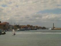 Ansicht der Küstenlinie und auf denen der Bucht Segel die Yacht mit einem weißen Segel, Chania lizenzfreies stockbild