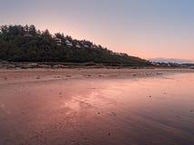 Ansicht der Küstenstadt auf frühem Morgen stockbilder