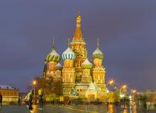 Ansicht der Kathedrale des St.-Basilikums an einem Winterabend bei rotem Squ Stockfoto