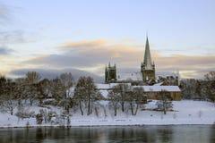 Ansicht der Kathedrale Nidarosdomen und des Flusses Nidelva in Trondheim stockfoto