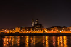 Ansicht der Kathedrale von Magdeburg und von Fluss Elbe nachts mit Stockfoto