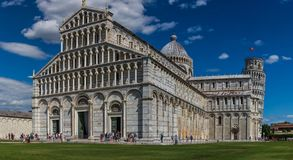 Ansicht der Kathedrale von Pisa und von berühmtem lehnendem Turm in der Stadt von Pisa, Italien stockbild