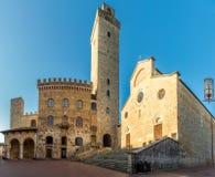 Ansicht in der Kathedrale von Santa Maria Assunta mit Rathausgebäude am Ort von Duomo in San Gimignano, Italien stockfoto